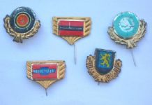 old Motor car pin badges Dandy or Monty gum ?? #027